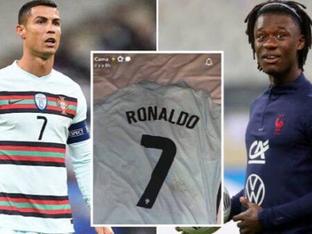 A reacção de Eduardo Camavinga depois de ter obtido uma t-shirt de Cristiano Ronaldo é épica